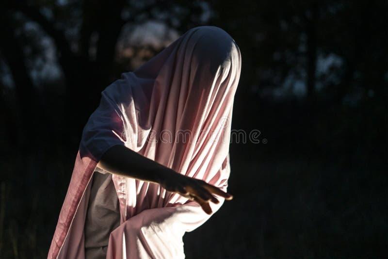 Meurtre maniaque méconnaissable en page blanche blanche dans la forêt f de nuit photographie stock libre de droits