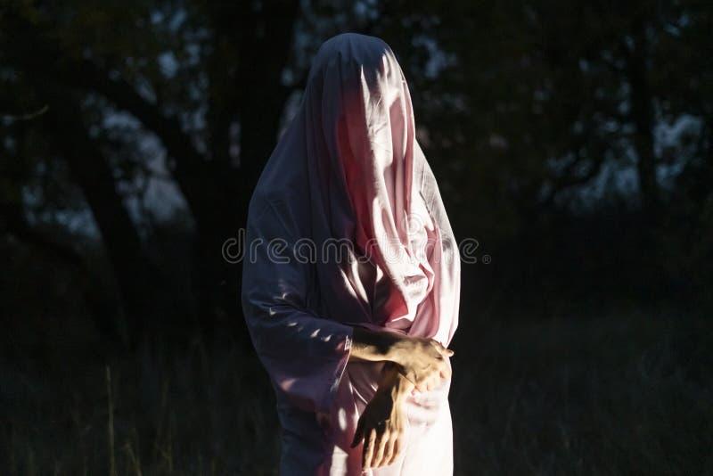 Meurtre maniaque méconnaissable en page blanche blanche dans la forêt f de nuit photos libres de droits