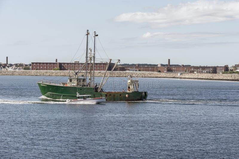 Meus dois meninos passando Boungeneroso II no porto de New Bedford imagens de stock royalty free