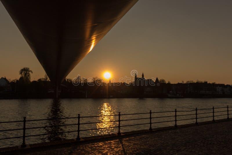 Meuset River i Maastricht är ett vanligt använt transportalternativ för lastfartyg mellan Nederländerna och Belgien royaltyfria bilder
