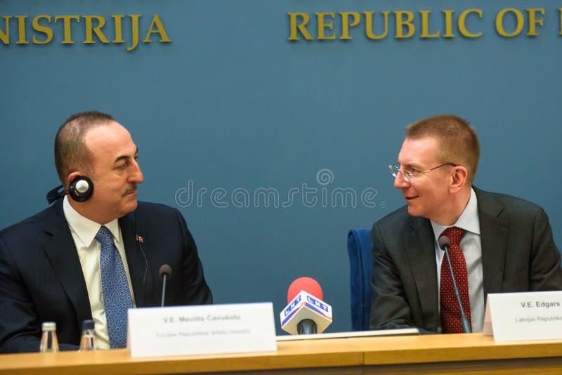 Mevlut Cavusoglu, ministro degli affari esteri della Turchia e di Edgars Rinkevics, ministro degli affari esteri della Lettonia fotografie stock libere da diritti