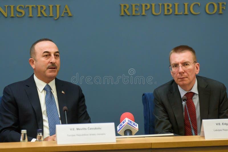 Mevlut Cavusoglu, ministro degli affari esteri della Turchia e di Edgars Rinkevics, ministro degli affari esteri della Lettonia fotografia stock libera da diritti