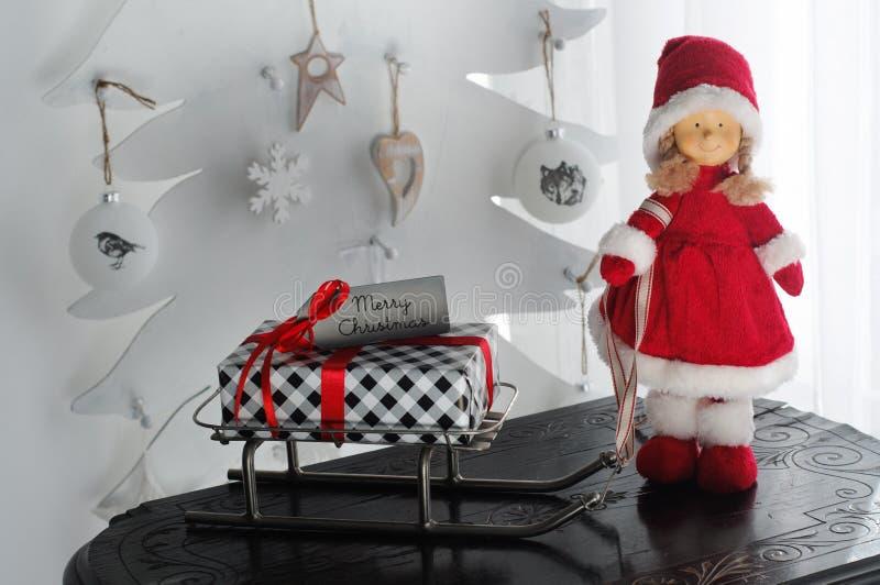 Mevr. Santa Claus Presents Sleigh stock foto's