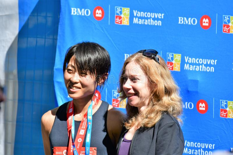 MEVROUW Yuko Mizuguchi won vrouwelijke 1st plaats bij de marathon van Vancouver De tijd is 02:41: 28 stock afbeeldingen