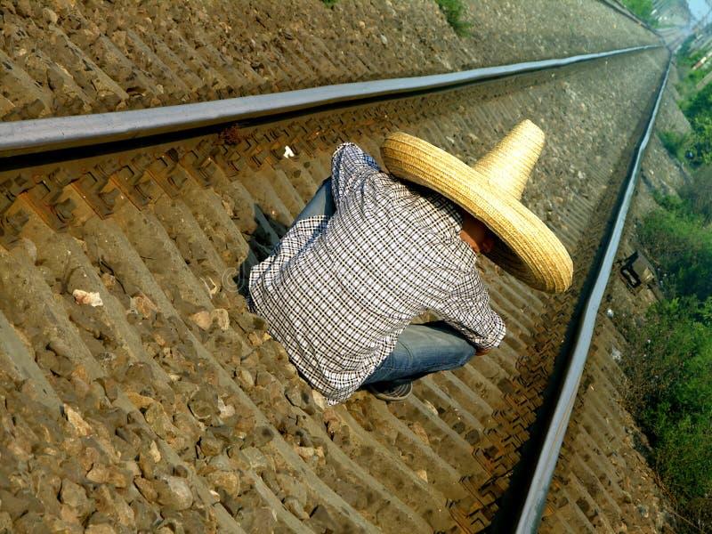 Mexicaan die de trein wacht royalty-vrije stock foto