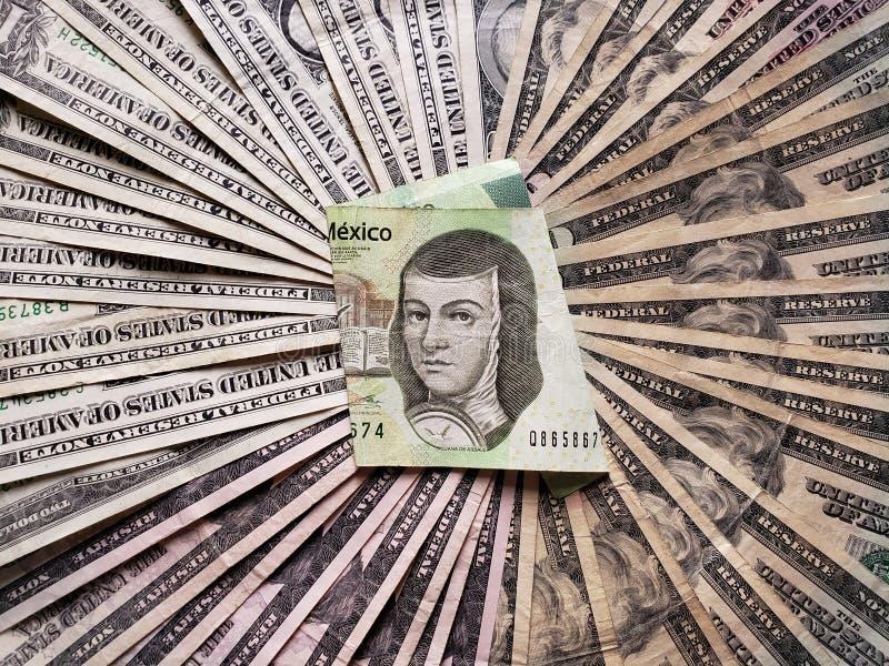 Mexicaans bankbiljet van 200 peso's en achtergrond met Amerikaanse dollarsrekeningen