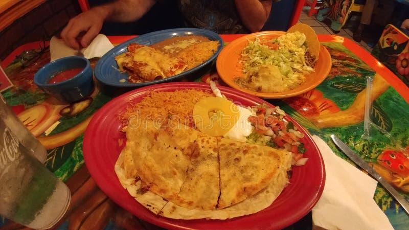 Mexicaans feestvoedsel op kleurrijke pina van lijstplaten stock foto