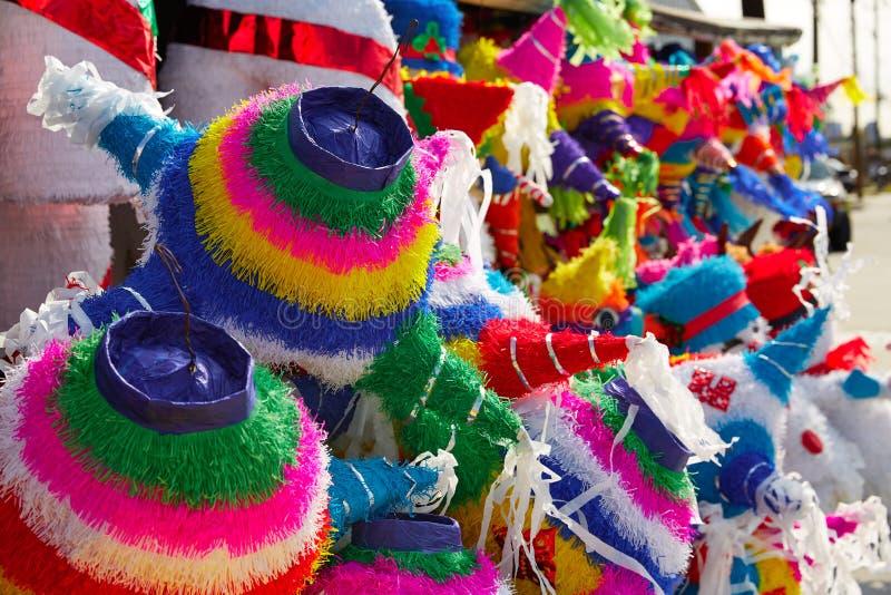 Mexicaans het weefsel kleurrijk document van partijpinatas stock afbeelding