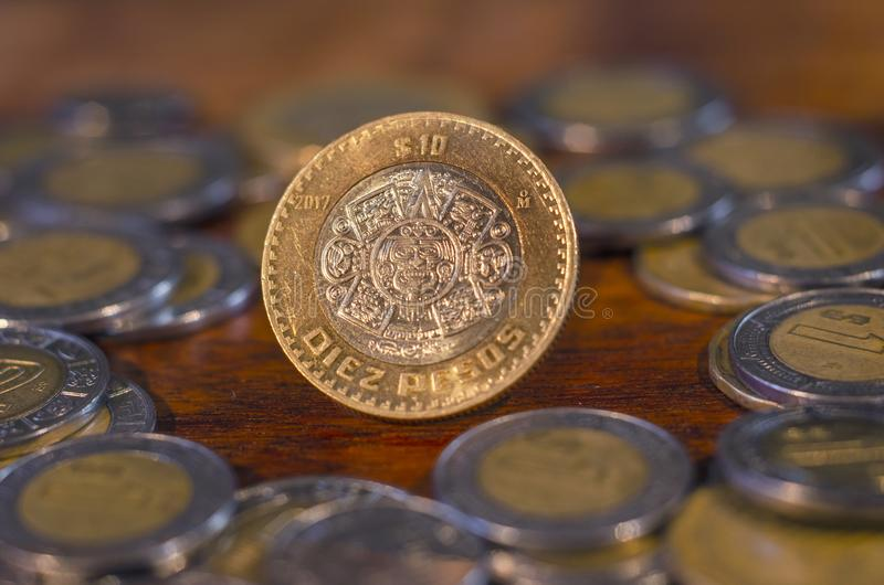 Mexicaans Muntstuk in het midden van andere muntstukken op een lijst van hout royalty-vrije stock foto