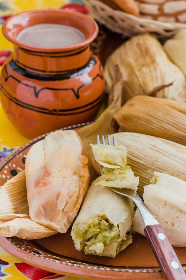Mexicaans tamales ingediend graandeeg, Kruidig voedsel in Mexico stock foto