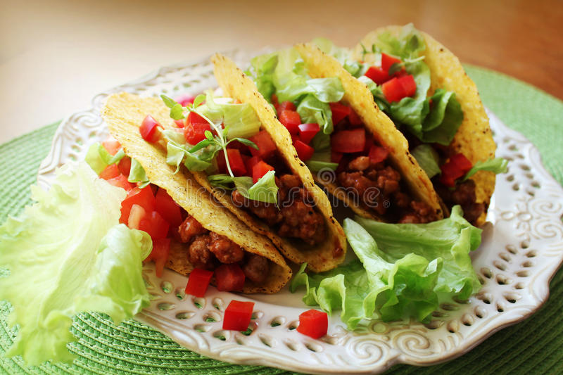 Mexicaans voedsel - taco's met vlees, sla en tomaten royalty-vrije stock afbeeldingen