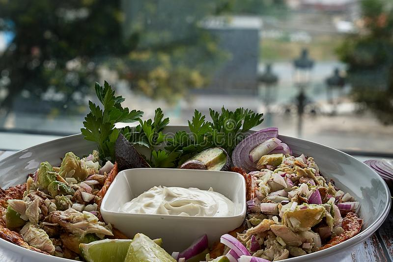 Mexicaans voedsel, tortilla's, kaasroom, kip, rode uien en kalk stock foto's