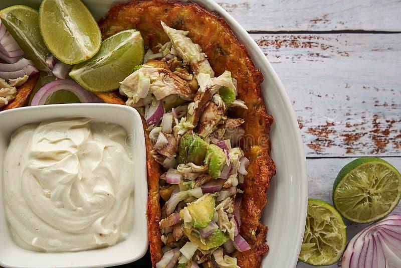 Mexicaans voedsel, tortilla's, kaasroom, kip, rode uien en kalk stock foto