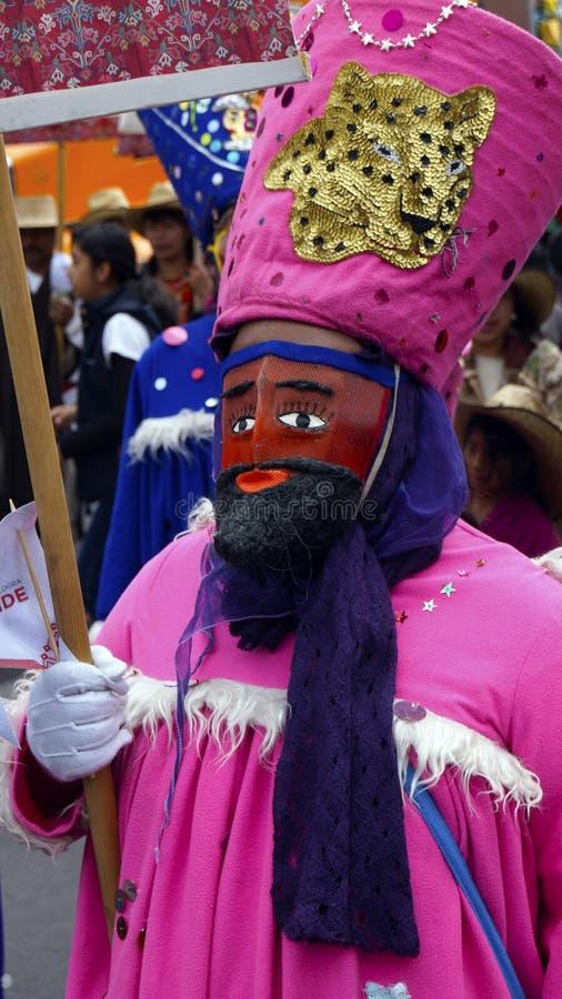 Mexicaanse danser met een roze kostuum en een rood masker royalty-vrije stock afbeeldingen