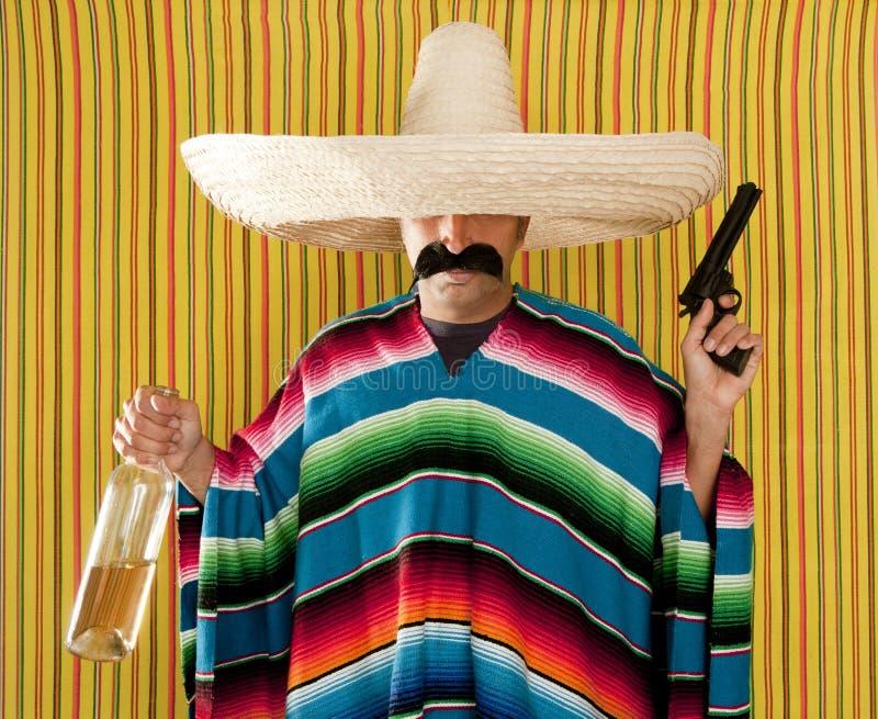 Mexicaanse de revolversnor gedronken tequila van de bandiet stock foto