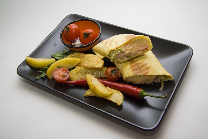Mexicaanse die burrito met aardappel en Spaanse pepers wordt gediend stock foto