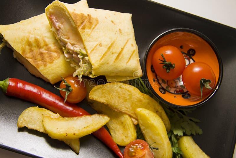 Mexicaanse die burrito met aardappel en Spaanse pepers wordt gediend stock fotografie