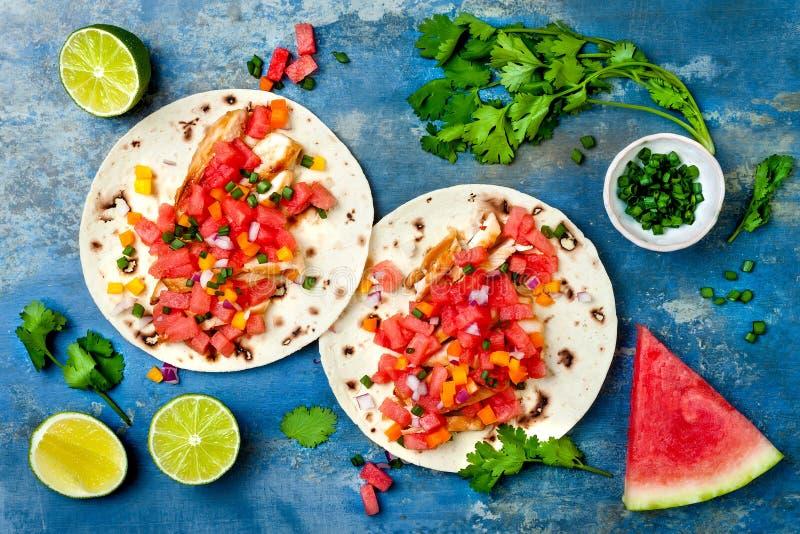 Mexicaanse geroosterde kippentaco's met watermeloensalsa stock foto's