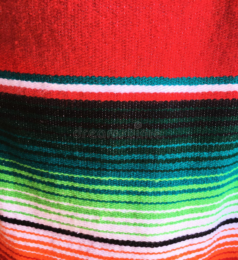 Mexicaanse gestreepte poncho stock afbeelding