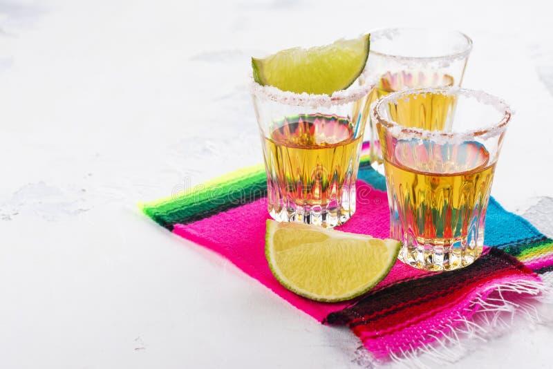 Mexicaanse gouden tequilaschoten stock foto's