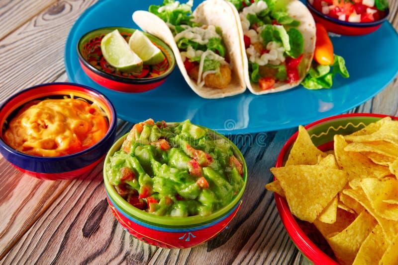 Mexicaanse het voedsel guacamole nachos en Spaanse peper van vissentaco's royalty-vrije stock afbeelding