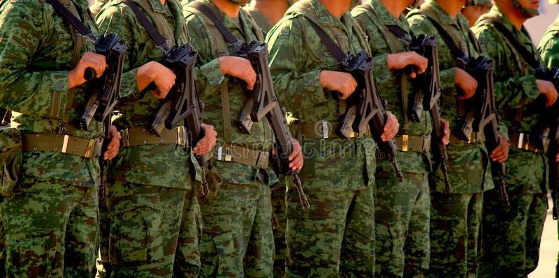 Mexicaanse legermilitairen die kanonnen in San Cristobal de la Casas houden royalty-vrije stock foto's