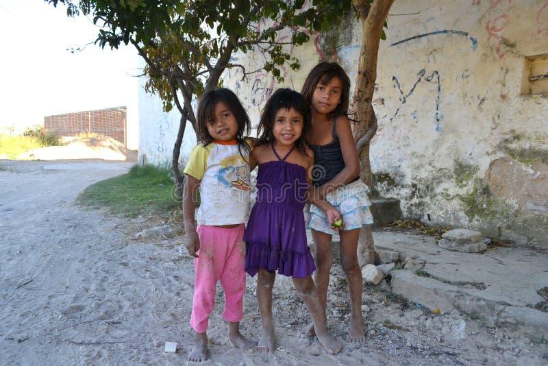 Mexicaanse meisjes die blootvoets spelen royalty-vrije stock afbeeldingen