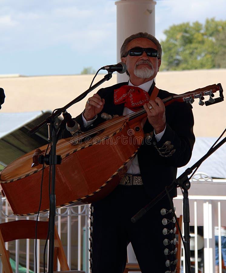 Mexicaanse musicus die op het straatoverleg presteren in Taos stock foto's