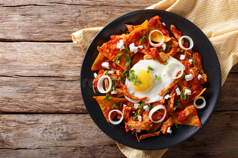 Mexicaanse nachos met tomatensalsa, kip en eiclose-up Hori stock afbeeldingen