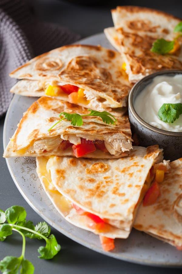 Mexicaanse quesadilla met kip, tomaat, suikermaïs en kaas stock afbeeldingen