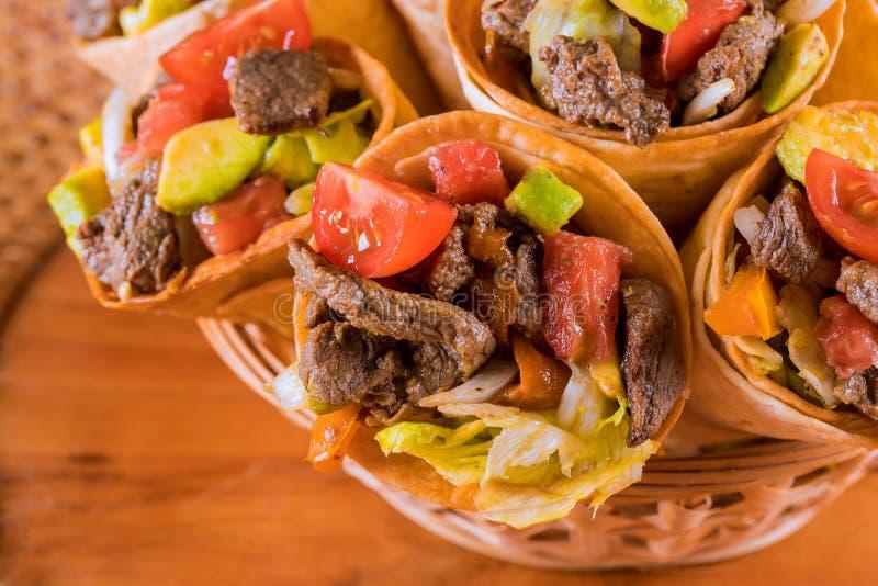 Mexicaanse rundvleessalade in de kegels van de graantaco Hoogste mening royalty-vrije stock afbeeldingen
