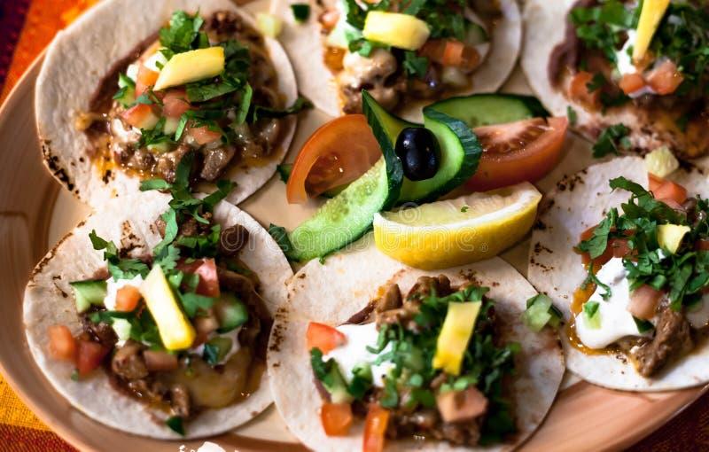 Mexicaanse taco's met gehakt, bonen en kruiden op een plaat royalty-vrije stock afbeelding