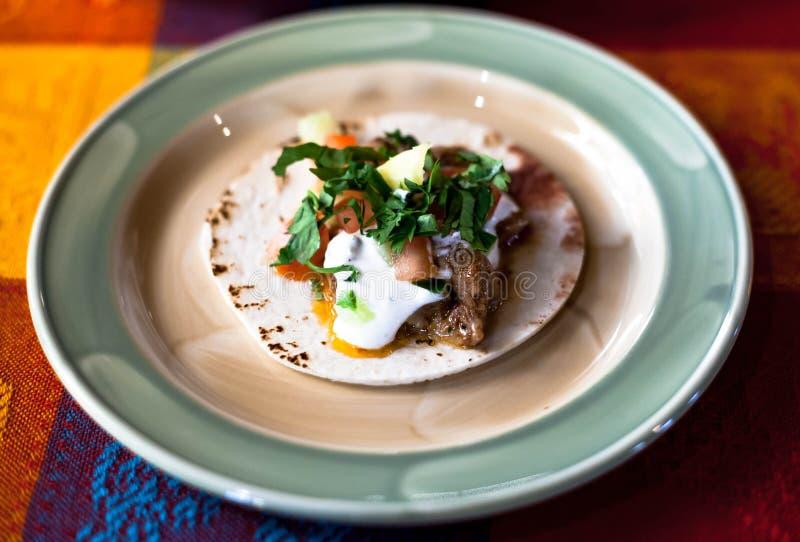 Mexicaanse taco's met gehakt, bonen en kruiden op een plaat stock fotografie