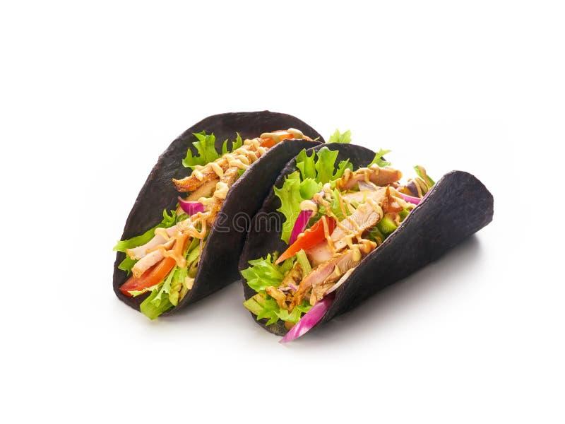 Mexicaanse taco's met kip en verse groenten stock foto