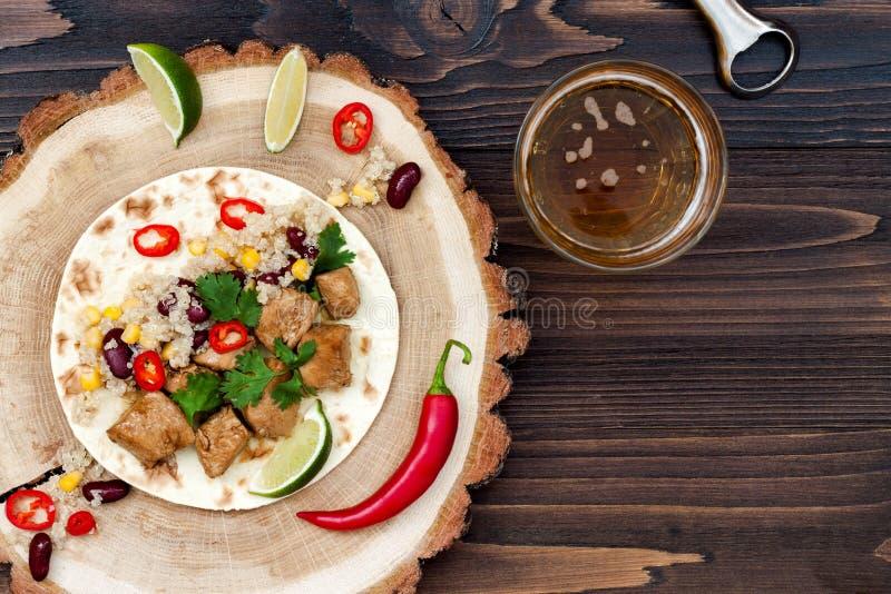 Mexicaanse taco's met quinoa salade, vlees, zwart bonen en graan op rustieke houten lijst Recept voor Cinco de Mayo-partij stock foto's