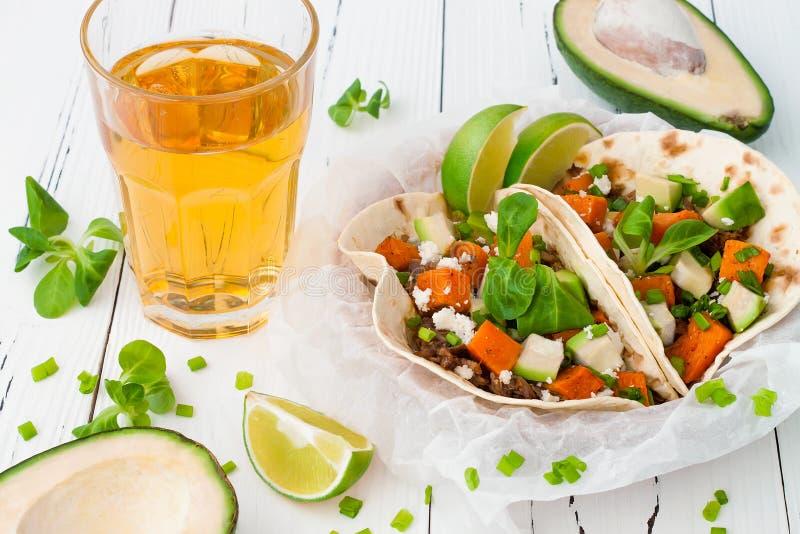 Mexicaanse taco's met vlees, bataten en cotijakaas stock afbeeldingen