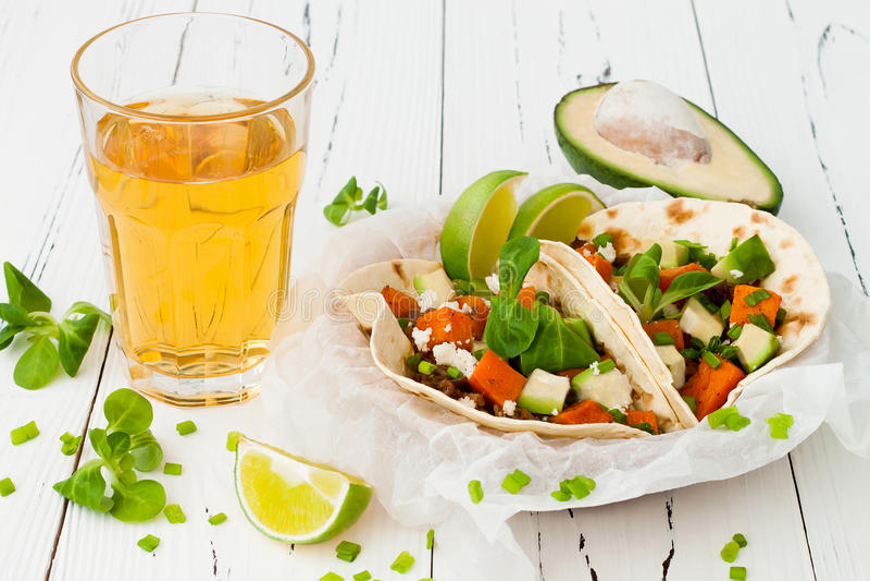 Mexicaanse taco's met vlees, bataten en cotijakaas royalty-vrije stock foto