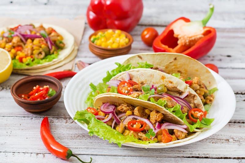 Mexicaanse taco's met vlees, graan en olijven royalty-vrije stock afbeelding