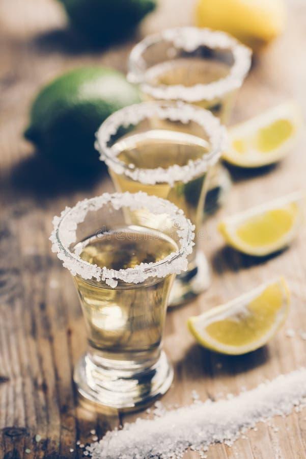 Mexicaanse tequila met citroen op houten lijst royalty-vrije stock foto's