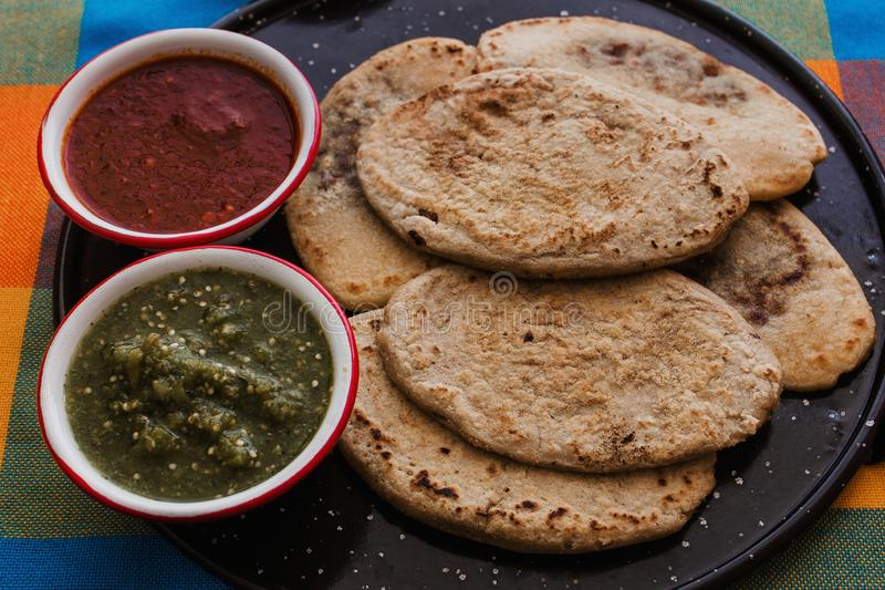 Mexicaanse tlacoyos met groene en rode saus, Traditioneel voedsel in Mexico stock afbeelding