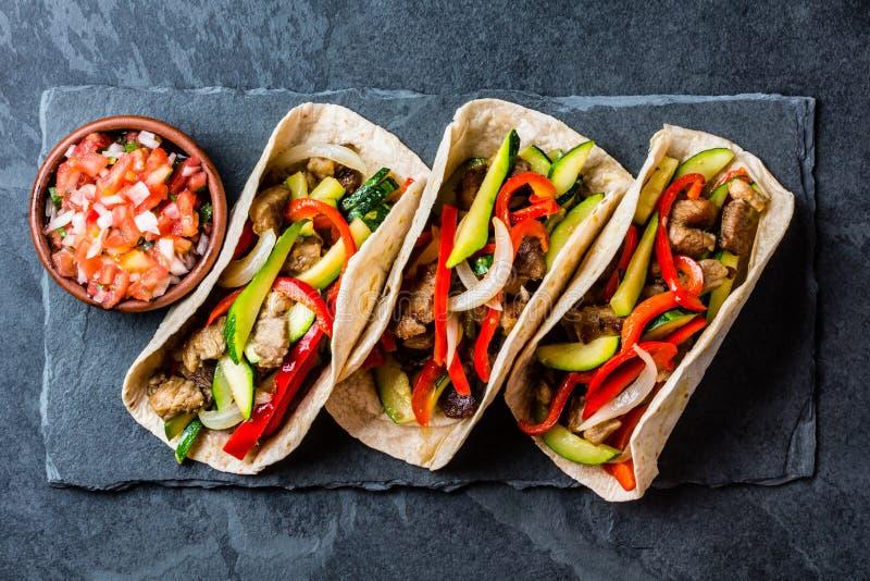 Mexicaanse varkensvleestaco's met groenten Hoogste mening royalty-vrije stock afbeeldingen