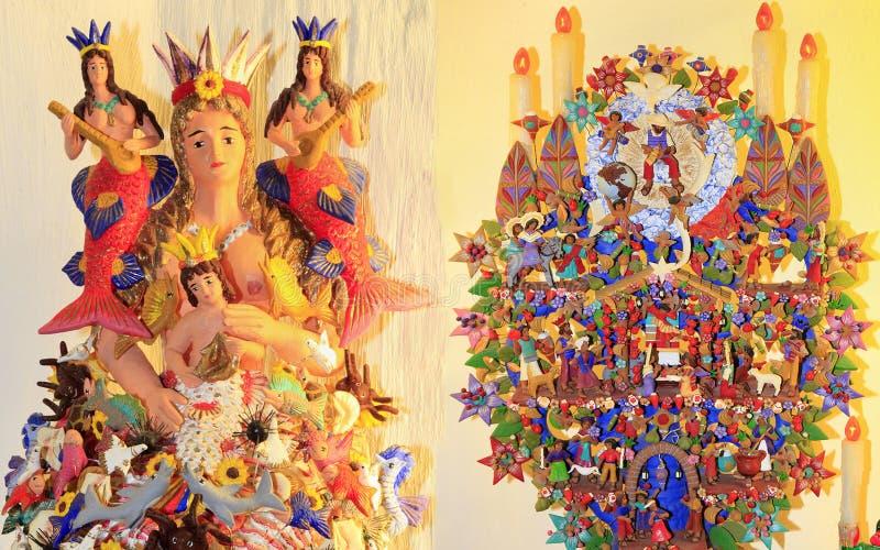Mexicaanse versieringen met poppen geïnspireerd door Pasen, Kerstmis en dagelijkse gebeurtenissen, Riviera Maya stock foto