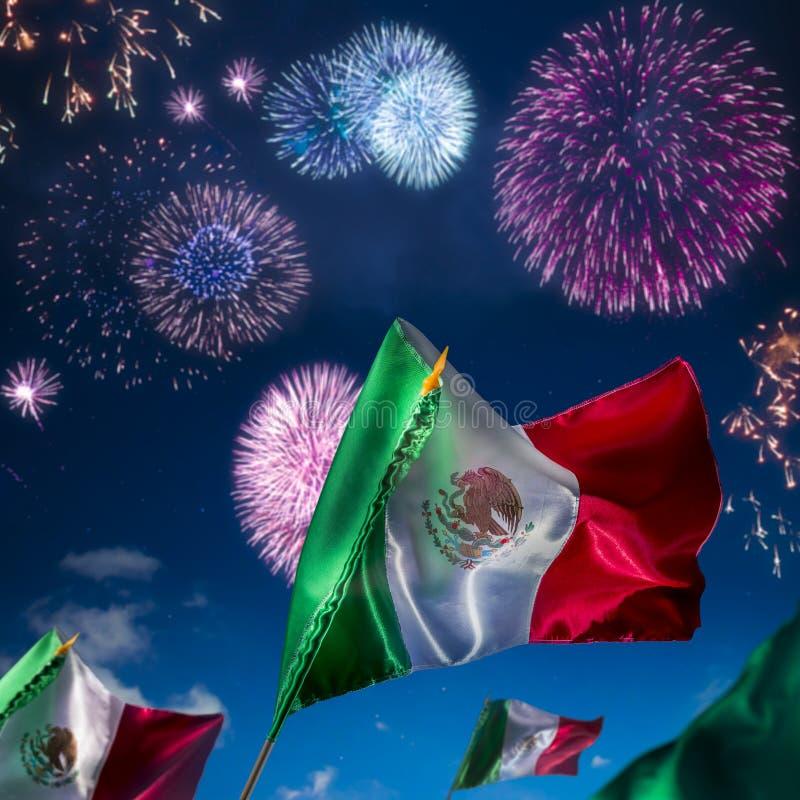 Mexicaanse vlaggen met vuurwerk, onafhankelijkheidsdag, cincode Mayo Ce royalty-vrije stock afbeeldingen