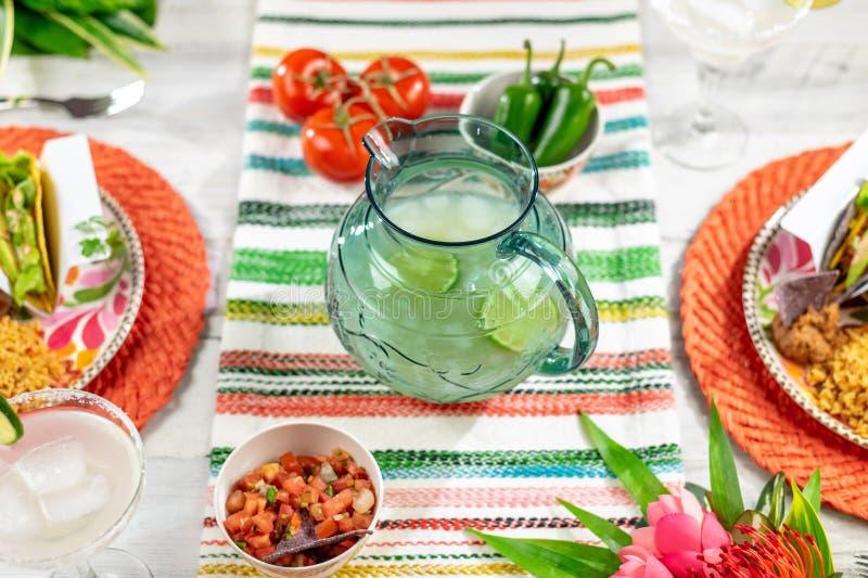 Mexicaanse voedsel en margaritas voor Cinco de Mayo royalty-vrije stock afbeeldingen