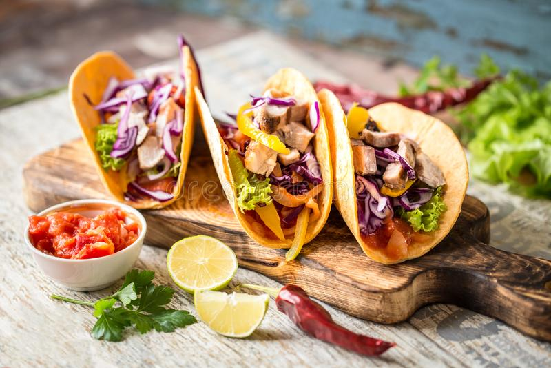 Mexicaanse voedseltaco's, gebraden kip, greens, mango, avocado, peper, salsa stock afbeelding