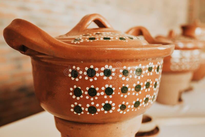 Mexicana или баки Cazuela для мексиканской кухни и шведского стола в Мексике стоковые фотографии rf