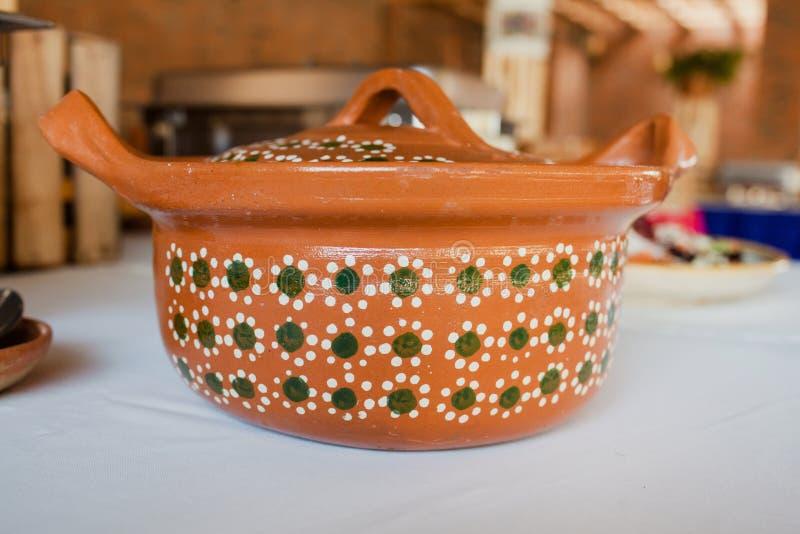 Mexicana или баки Cazuela для мексиканской кухни и шведского стола в Мексике стоковая фотография