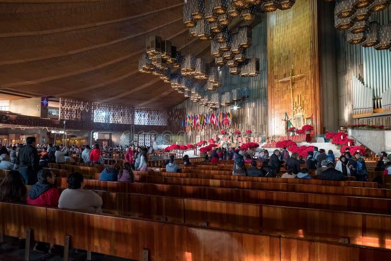 Mexicanen die klaar voor een vroege ochtendmassa bij de Basiliek van Guadalupe worden royalty-vrije stock foto