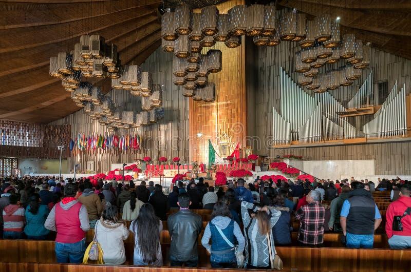 Mexicanen die klaar voor een vroege ochtendmassa bij de Basiliek van Guadalupe worden royalty-vrije stock afbeeldingen