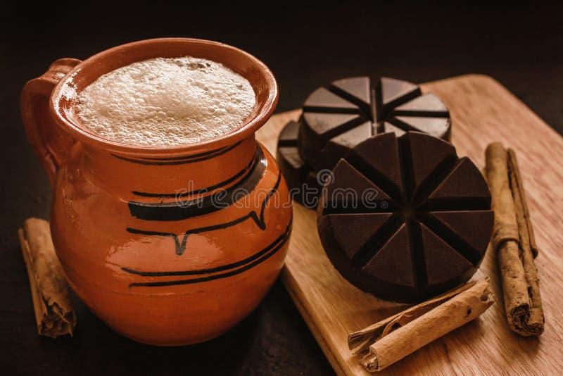 Mexicano de chocolat, tasse de chocolat mexicain traditionnelle d'Oaxaca Mexique photographie stock libre de droits